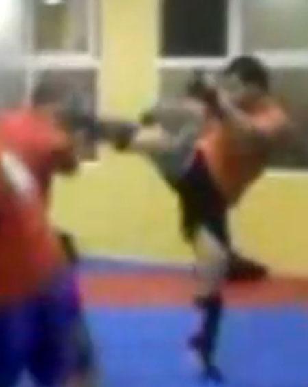 Dando un patada en un entrenamiento de kickboxing