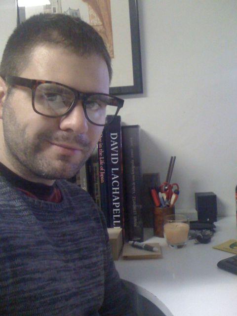 Probando unas gafas para atrezzo